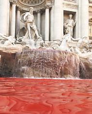 Pintan de rojo la Fontana de Trevi en Roma