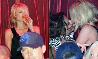 Club nocturno chicas besando