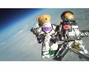 Lanzan niños al espacio ositos de peluche