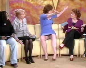Sorprende Sigourney Weaver con descuido en tv