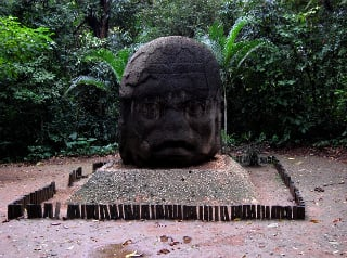 Vandalism! Olmec head covered in a combination of liquids (12-01-2009) (photo: El Universal)