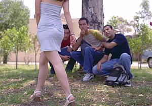 fotos d mujeres con minifalditasensenando tanga