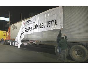 Traileros se manifiestan contra IETU y diesel en Nuevo León