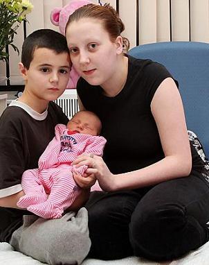 novia de 15 años, posan junto a la pequeña Maisie. (Foto: The Sun