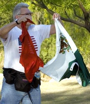 Queman bandera de México. Margarito muerto. Ya te la Zares. Zares del Universo
