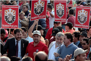 Vanguardia de marcha del SME llega al Zócalo