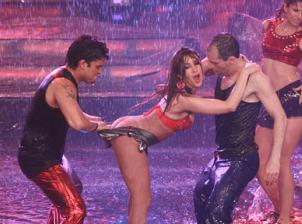 Pierde actriz peruana hasta los calzones durante baile