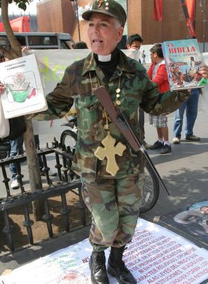 Protestan en misa de Cardenal por caso Maciel