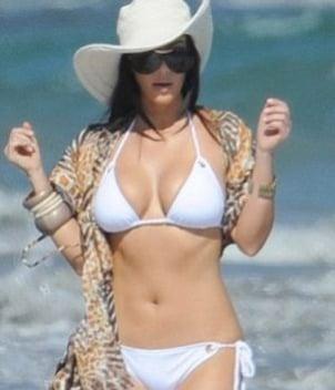 Kim  Kardashian luce curvas en atuendo primaveral