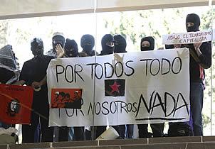 Protestan estudiantes en conferencia de Slim