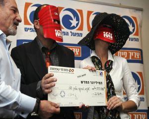 Ganadores del premio de la lotería israelí mas grande cobrado en ese país