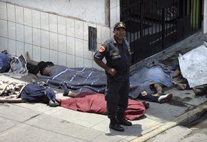 Suman 26 muertos por incendio en Perú Fperu28eneCARR00