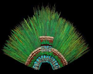 Se trata de un tocado con unas 400 plumas de quetzal engarzadas en oro y piedras preciosa.