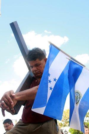 El migrante Sa�l Antonio Salazar, de 47 a�os de edad, originario de Puerto La Libertad, quien carga