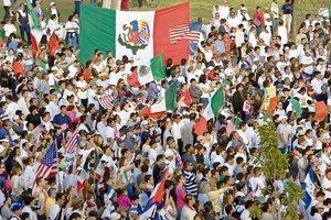 Manifestantes hispanos ondean banderas de M?xico y Estados Unidos en esta imagen del 1 de mayo de 20