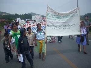 La manifestaci�n encabezada por mujeres, exige que los militares salgan de las comunidades y del es