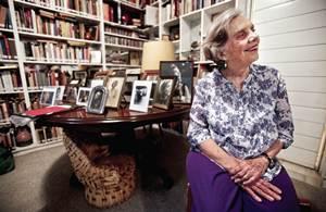 La escritora prepara una novela sobre su padre y est? poniendo en orden su biblioteca y archivo pers