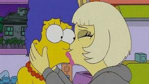 Lady Gaga protagoniza beso lésbico con famosa mamá de la TV
