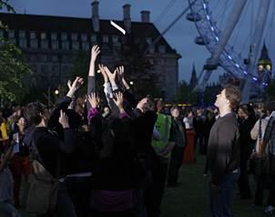 Transe�ntes atrapan poemas lanzados por el helic�ptero sobre los Jardines del Jubileo en Londres