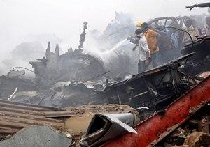 Un avi?n comercial que transportaba 153 pasajeros se estrell? en un barrio residencial de Lagos dura