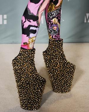 1e80a6378c Un diseñador de zapatos japonés se ha convertido en el favorito de una diva  del pop por tomar el calzado de las geishas y convertirlo en algo Gaga.
