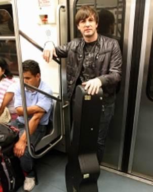 Cant? en el metro antes de su show de la noche
