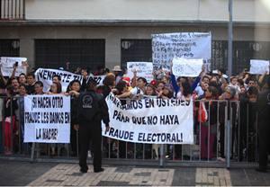 Unos 500 manifestantes, que dec�an pertenecer al movimiento #YoSoy132, protestaron en la boda del c
