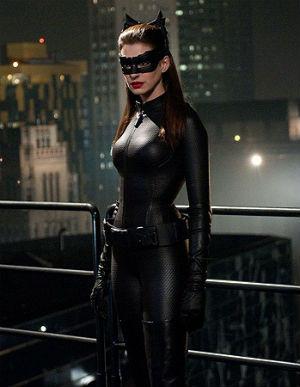 Anne Hathaway interpretando a la villana