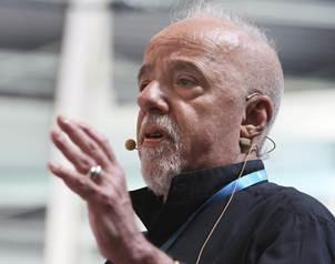 El escritor brasileño Paulo Coelho da un discurso en el festival informático del Campus Party cele