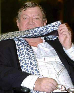 Galardonado con el premio El Brusi concedido por la Olimpiada Cultural de Barcelona en 1992 por un e