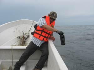 Pescadores acusan a Pemex de mentir al asegurar que sus t�cnicos controlaron el derrame de mil litro