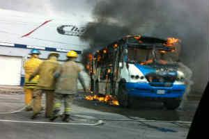 En Perif�rico y Mariano Otero, en Zapopan, un cami�n de transporte de personal tambi�n fue incendiad