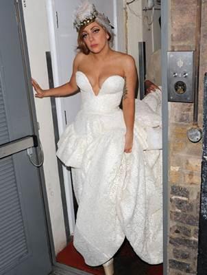 La abuela cree que Gaga s�lo estaba jugando al vestirse de novia