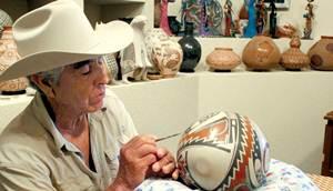 La dedicaci�n del alfarero en la creaci�n de las piezas de barro le llev� a ganar en 1999 el Premio