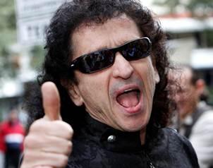 Lora ofreci� una conferencia de prensa en el Hard Rock Cafe, acompa�ado de su esposa Chela Lora y d