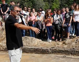 El arque�logo Yoram Haimi habla a un grupo de estudiantes sobre su proyecto.