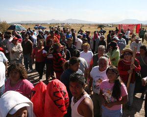 Por la tarde, alrededor de 400 federales iniciaron el desalojo de los invasores