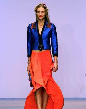 Una modelo desfila con prendas de la dise�adora mexicana Lydia Lavin