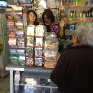 Mar�a Teresa Saavedra, t�a de Jenni Rivera (a la derecha) solt� en llanto ante la solidaridad de sus