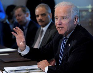 Joe Biden, acompa�ado del procurador Eric Holder, habla con los integrantes de <i>Sportsmen and Wome