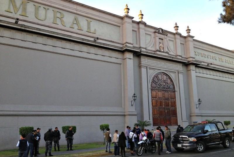El universal explotan 2 granadas en el peri dico mural for Diario el mural de jalisco