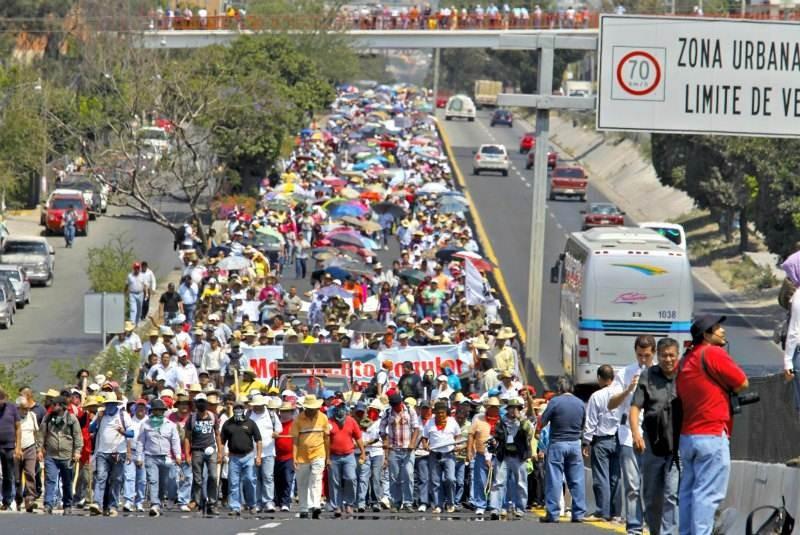 http://www.eluniversal.com.mx/img/2013/04/Nac/bloqueo_autopista_guerrero_maestros-movil.jpg