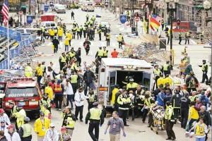Equipes auxilian médicos que foram afetados pelas explosões na Maratona de Boston