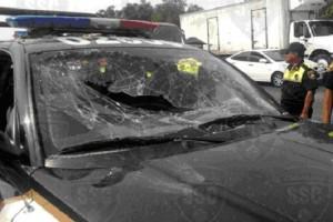 Las patrullas resultaron da�adas luego del desalojo; se reportan adem�s polic�as heridos, aunque no