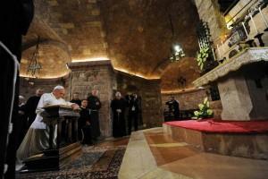 El Papa reza frente a la tumba de San Francisco de As�s, en Italia