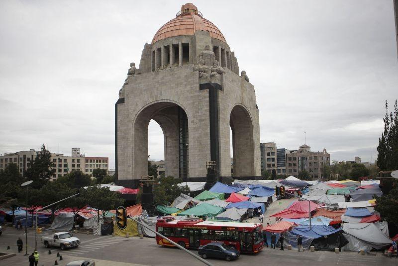 Maestros condicionan dejar Plaza de la República