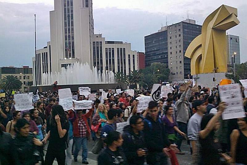 Avanza marcha contra tarifa del Metro hacia el Zócalo