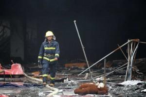 Un rescatista trabaja en el sitio del accidente despu�s de un incendio provocado por una explosi�n d