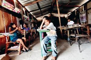 En Tlapa, Guerrero, 86 alumnos toman clase en tres salones de madera que carecen de electricidad y s