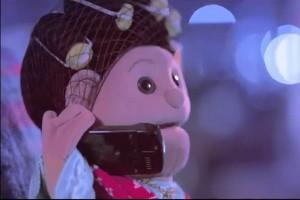 La publicidad muestra a la marioneta televisiva Abla Fahita, muy popular en Egipto, hablar por tel�f